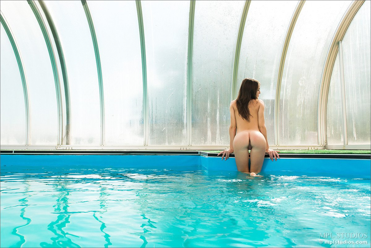 Women naked in pool changing house — photo 9