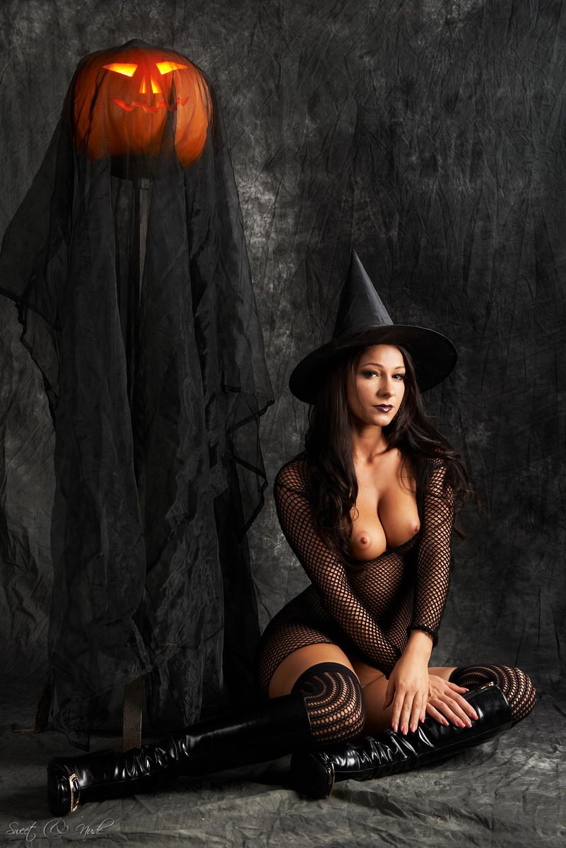 two-halloween-girls-in-the-nude