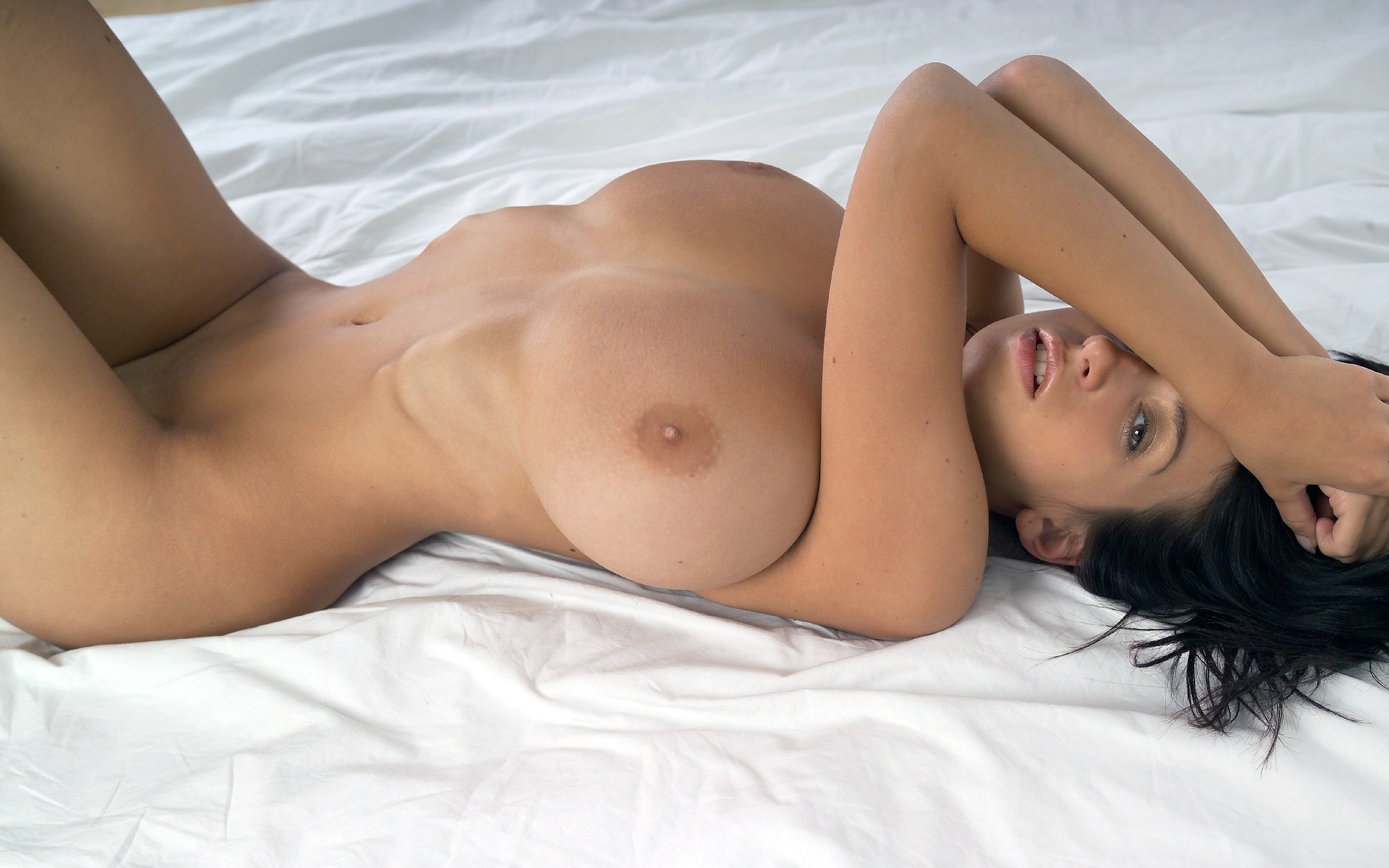Nude voluptuous beauty