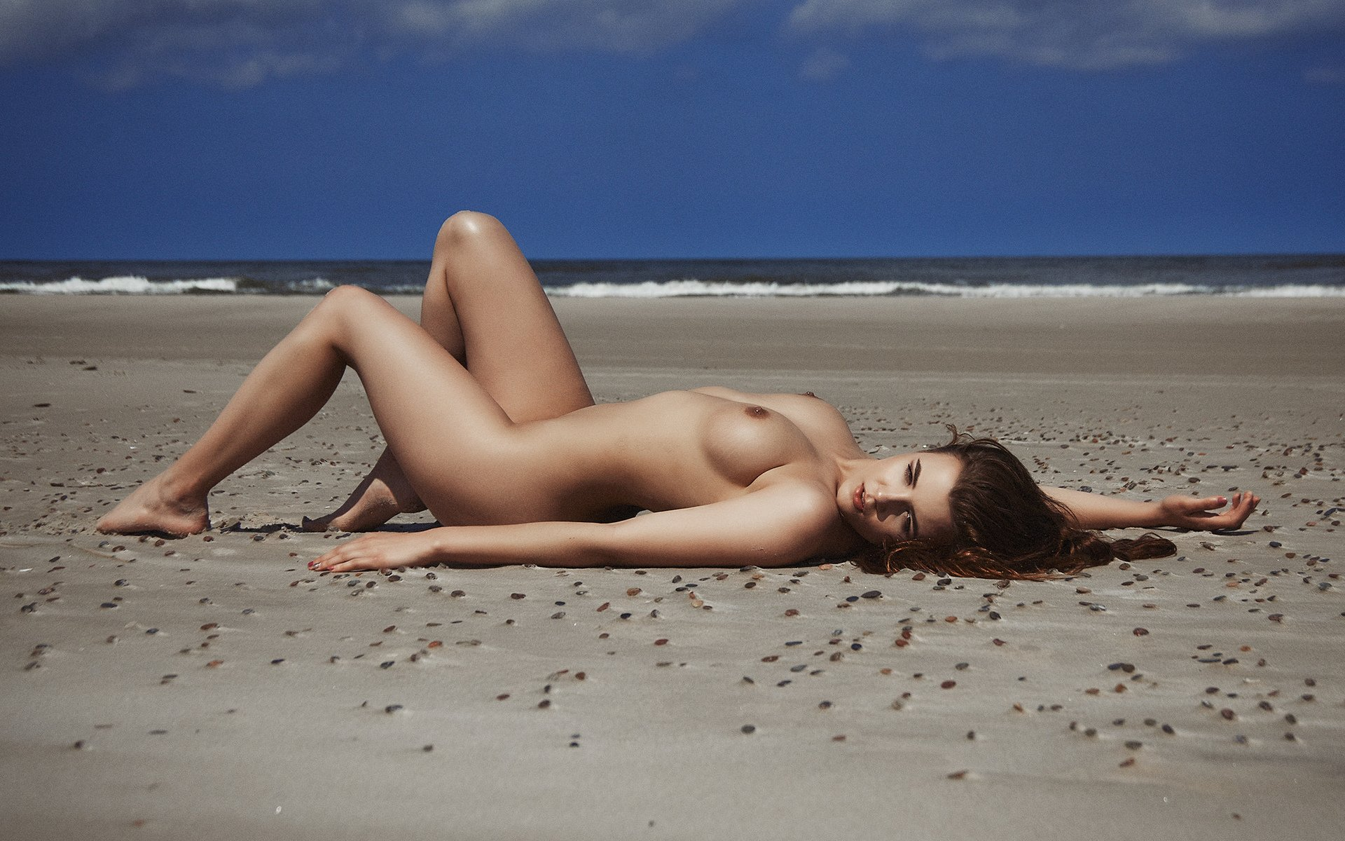 Voluptuous nude babe in the beach