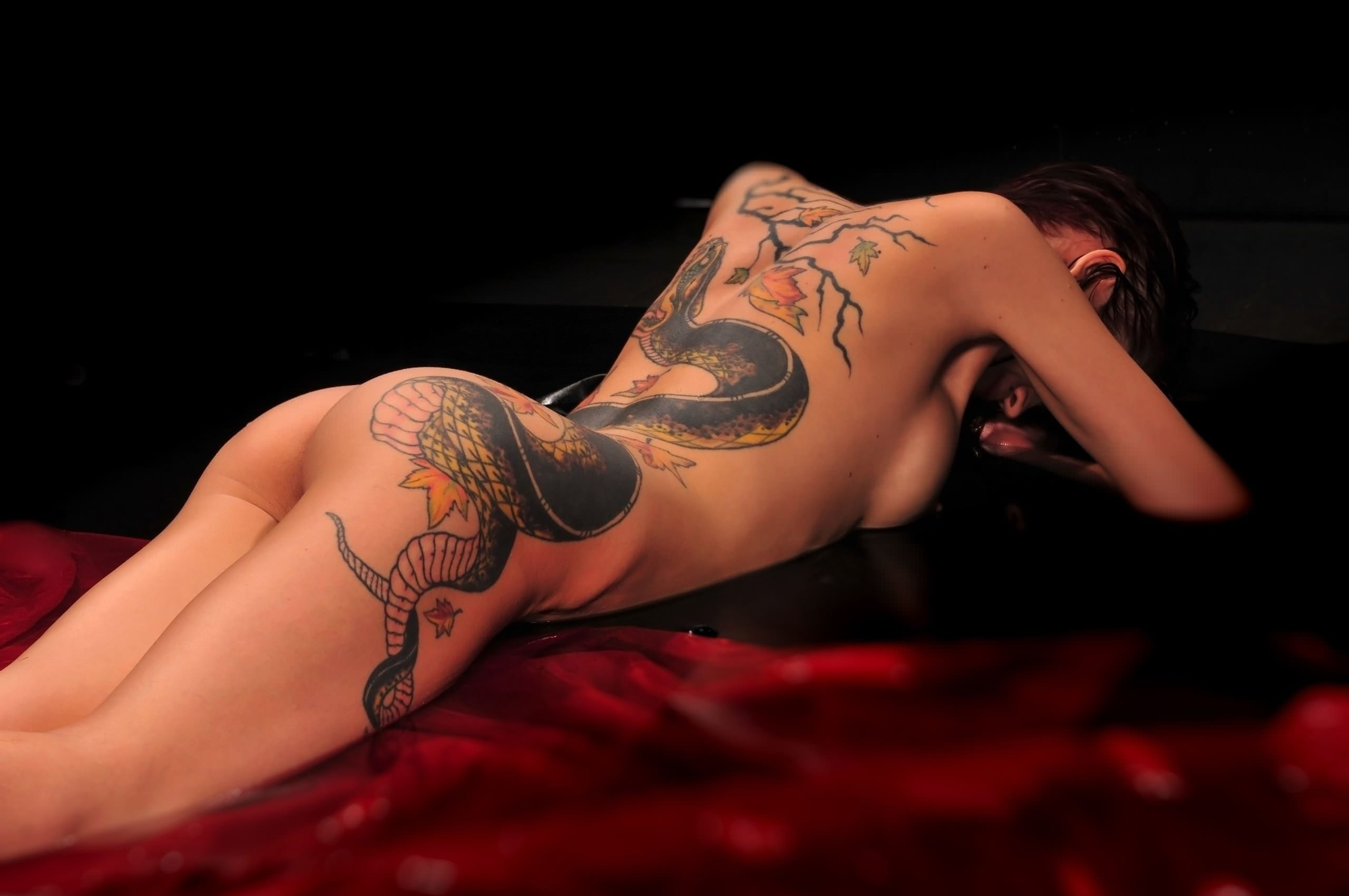 naked-woman-showing-tattoos-sexy-mude-girls