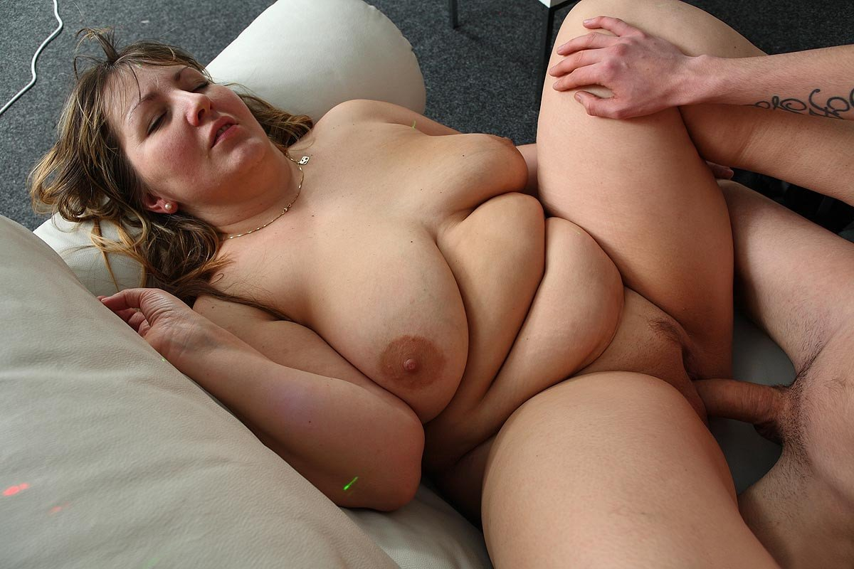 Stoic fat girl fucking her hairy pussy on webcam, free porn