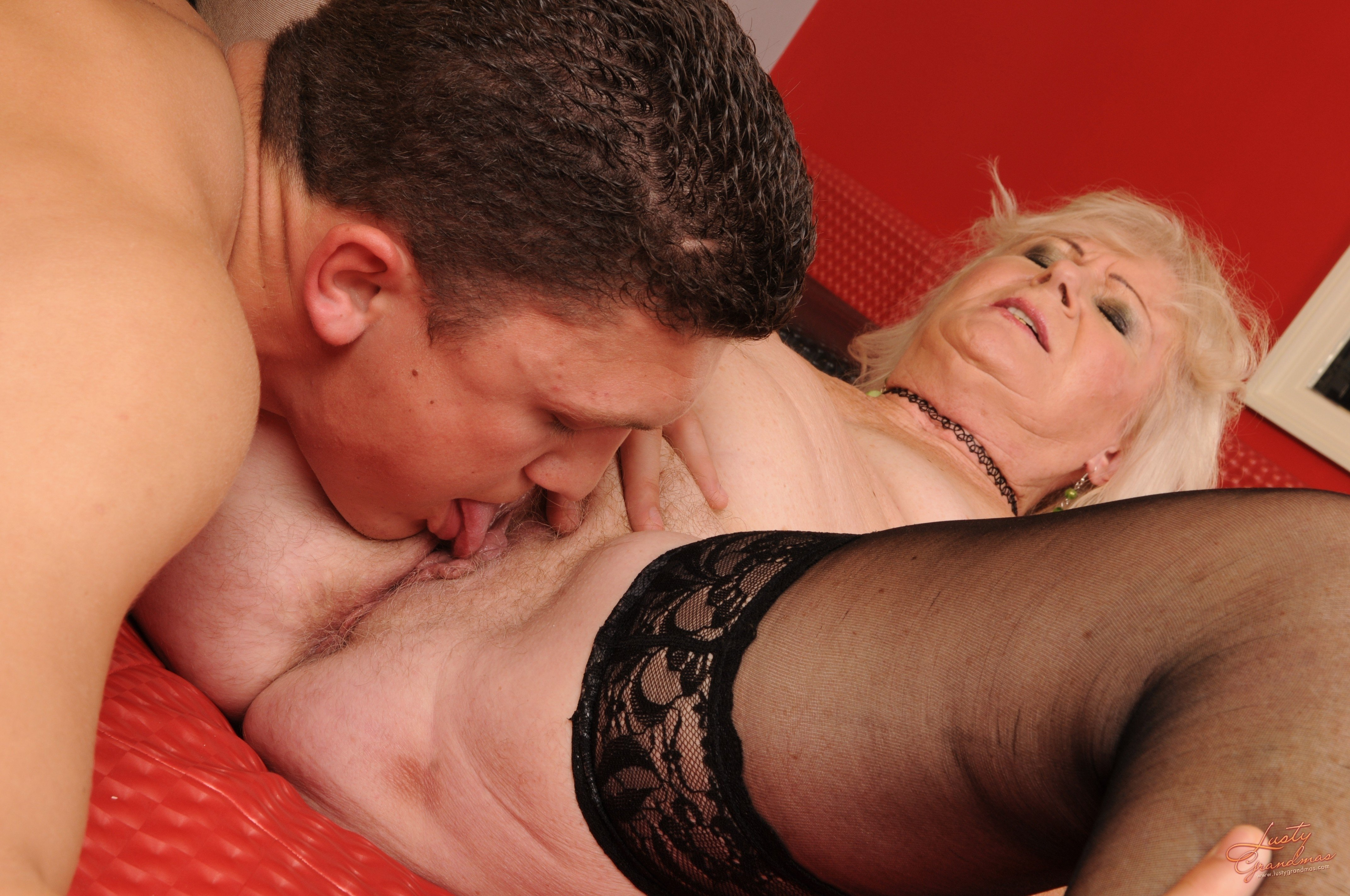 Wet old mature pussy licking