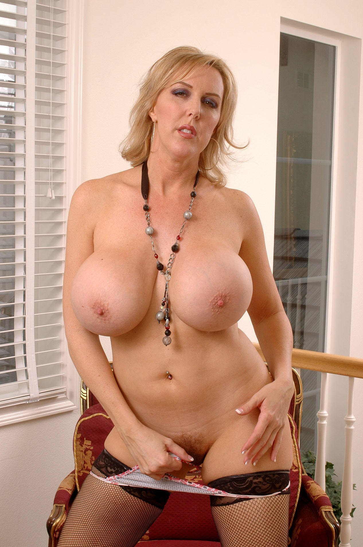Voluptuous Milf Loves Oral Before Fuck